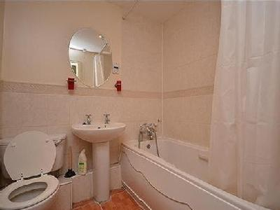 Gravary Road, Custom House - En Suite