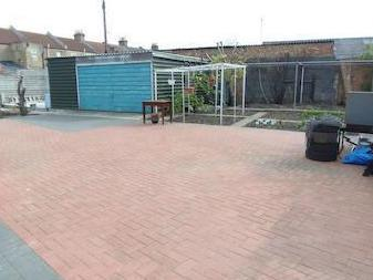 House for sale, Moss Close N9 - Patio