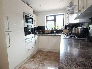 4 bedroom house to let - Fireplace