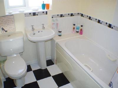 Alpine Close, Halifax - En Suite