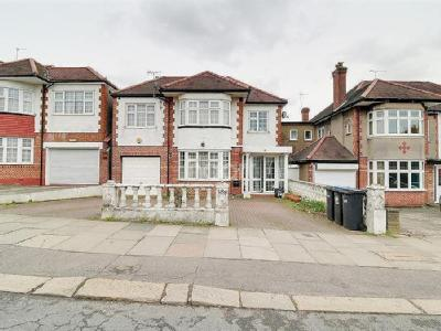 Chase Road. Southgate, N14 - Detached