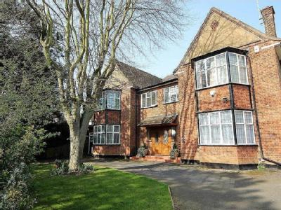 Lake View, Edgware HA8 - Gym, Garden